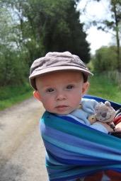Bébé porté en écharpe de portage