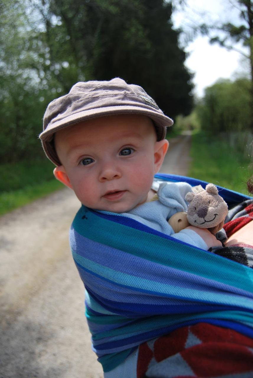 Bébé porté en écharpe de portage chez Nat-essence