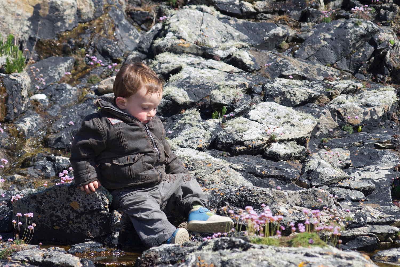 enfant assis sur la grêve