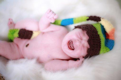 Bébé, nouveau-né qui pleure.