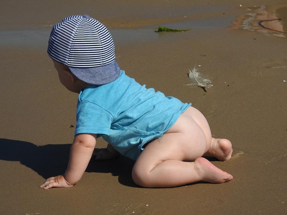 bébé a quatre pattes sur la plage