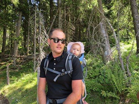 Homme porte bébé avec un porte-bébé