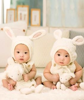 Jumeaux déguisés en lapins
