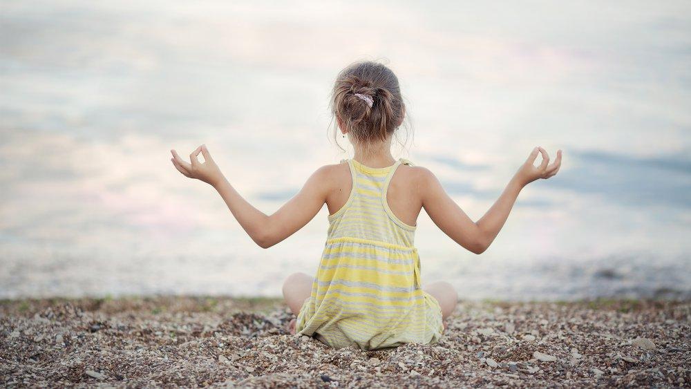 jeune fille pratique la médation