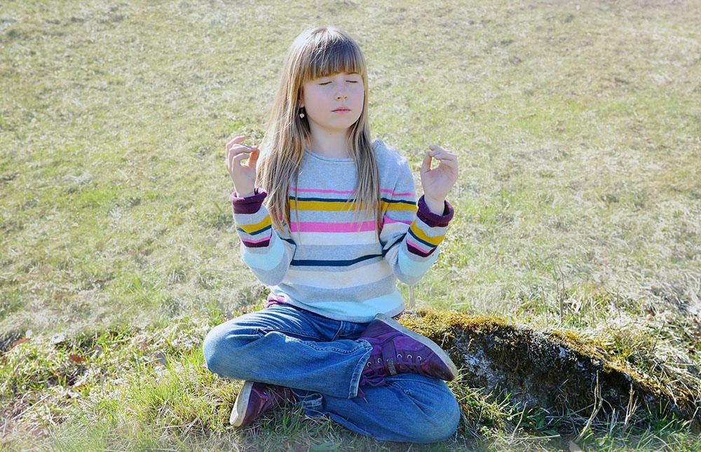 jeune fille pratique la méditation