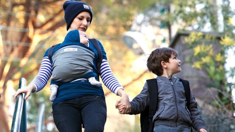 Enfant en porte-bébé pendant une randonnée